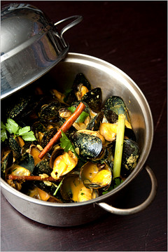 """Bombay"" Indian curry, star anise, garlic, cinnamon, white wine - Flex Mussels"